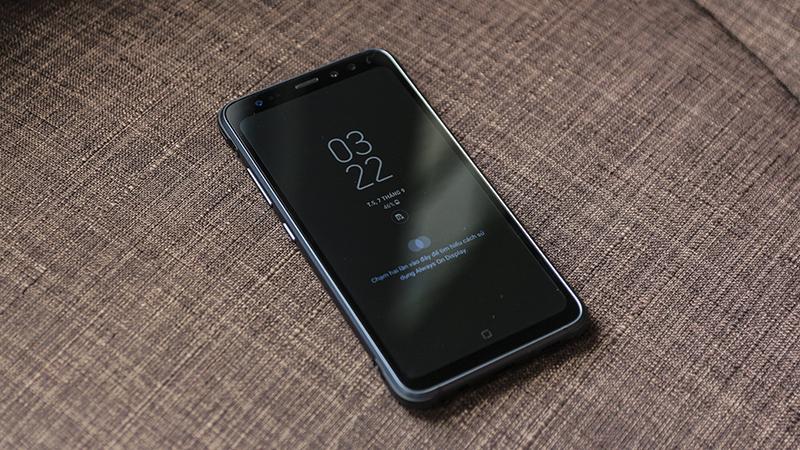 Ấn tương nhât Samsung S8 Active chính là bộ khung kim loại chứ không còn là cao su nữa, bốn góc được đệm lớp cao su để chịu lực va đập