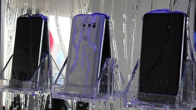 LG V30 cũ giá rẻ chống bụi, nước theo tiêu chuẩn IP68 và đạt độ bền chuẩn quân đội khắt khe là MIL-STD-810G.